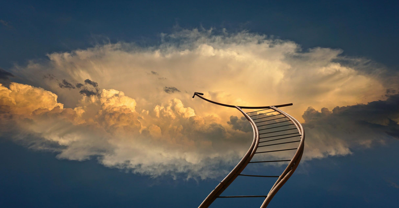 escalera subiendo al cielo